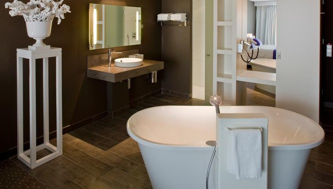 Comfort room with bath and shower Van der Valk hotel Apeldoorn - de Cantharel